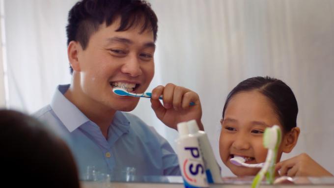 Hình thành thói quen đánh răng hai lần mỗi ngày vào buổi sáng và tối giúp trẻ hạn chế tình trạng sâu răng và các vấn đề khác về răng miệng.