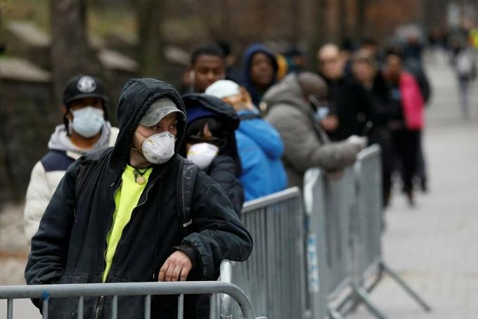 Bệnh nhân xếp hàng bên ngoài Bệnh việnBrooklyn, New York để chờ thăm khám. Ảnh: NY Times