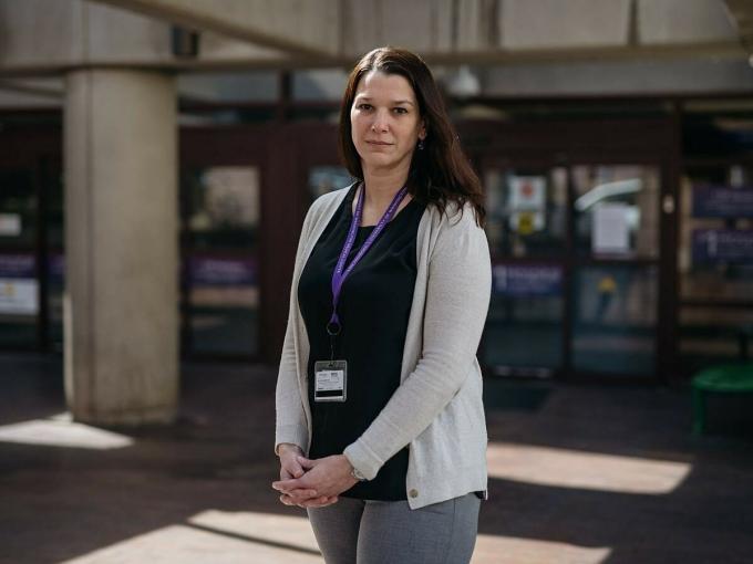 Bác sĩ Laura Evans bên ngoài Trung tâm Y tế Đại học Washington ở Seattle. Ảnh: NY Times