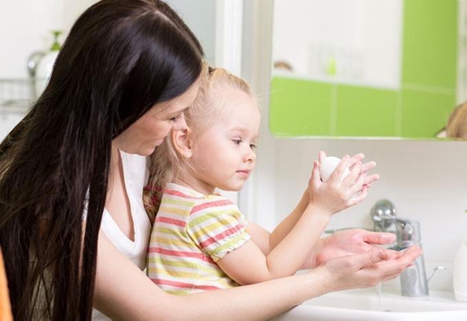 Phụ huynh nên hướng dẫn con, hình thành thói quen rửa tay, vệ sinh cá nhân.