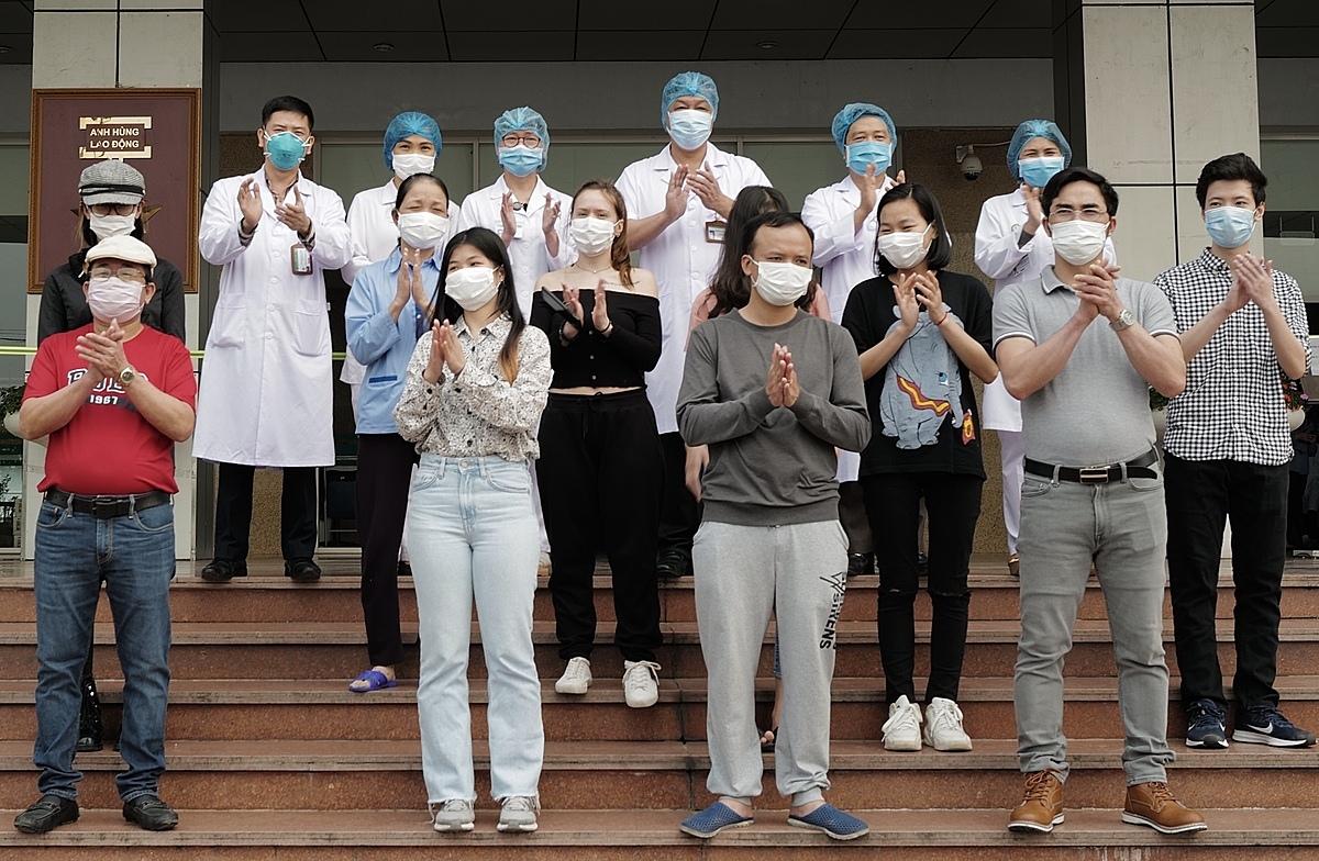 Các bệnh nhân xuất viện tại Bệnh viện Bệnh nhiệt đới Trung ương ngày 7/4. Ảnh: Ngọc Thành.