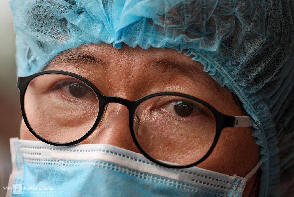 Bác sĩ Mai xúc động khi nhắc đến đồng nghiệp bị nhiễm nCoV đã khỏi bệnh. Ảnh: Ngọc Thành