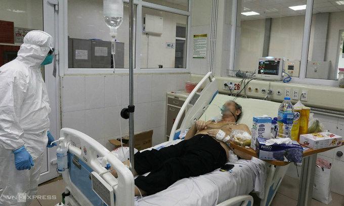 Một bệnh nhân Covid-19 nặng điều trị tại Khoa Cấp cứu, Bệnh viện Bệnh Nhiệt đới Trung ương ngày 24/2. Ảnh:Ngọc Thành.