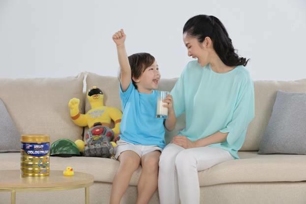 Chọn sữa phù hợp thể trạng giúp trẻ tăng hấp thu, chiều cao, cân nặng. DòngRiso Colostrum của NutiFoodchứabộ đôi 2'-FL HMO và sữa non nhập khẩu từ Mỹ(có kháng thể IgG). Trong đó2'-FL HMO là prebiotic có cấu trúc tương đồng với dưỡng chất trong sữa mẹ, kích thíchhoạt động củalợi khuẩn,hỗ trợ tiêu hóa, ngừa táo bón. Kháng thể IgG từ sữa non tự nhiên hỗ trợ tăng cường hệ miễn dịch, tránh các bệnh nhiễm khuẩn, từ đó trẻ khỏe mạnh, hấp thu tốt, cao lớn...