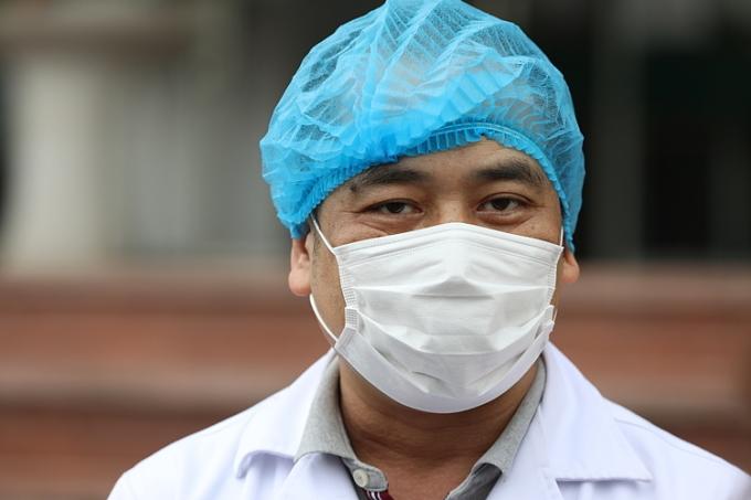 Bác sĩ Nguyễn Trung Cấp tỏng lễ xuất viện của 9 bệnh nhân Bệnh viện Bệnh Nhiệt đới Trung ương. Ảnh: Ngọc Thành