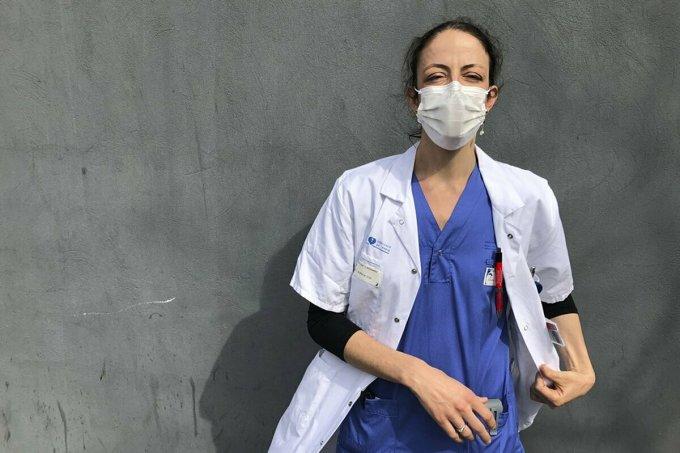 Bác sĩAurelie Gouel, làm việc tại Bệnh viện Bichat ở Paris, ngày 7/4. Ảnh: AP