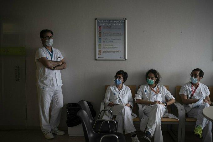 Các nhân viên y tế tại Bệnh viện Germans Trias i Pujol, thành phố Barcelona. Ảnh: AP