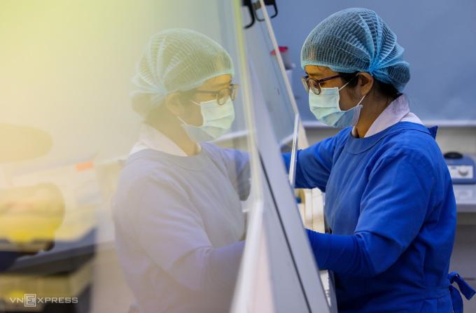 [Caption]Bác sĩ Bệnh viện Bệnh Nhiệt đới TP HCM xét nghiệm mẫu bệnh phẩm sàng lọc nCoV từ người nghi nhiễm. Ảnh: Quỳnh Trần