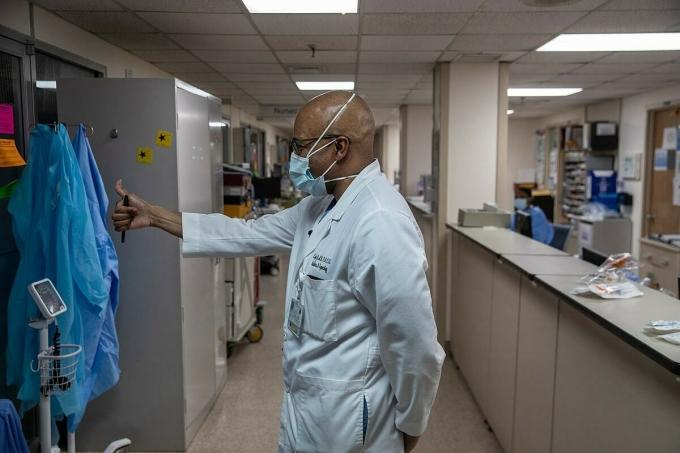 Bác sĩ Erroll Byer Jr., trưởng khoa sản Bệnh viện Brooklyn. Ảnh: NY Times