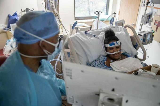 Bác sĩByer và sản phụPrecious Anderson sau ca phẫu thuật. Ảnh: NY Times