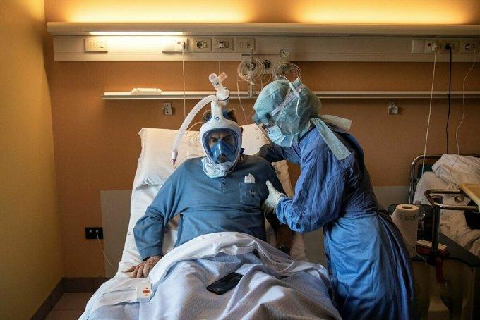 Bệnh nhân Covid-19 tại Mỹ được sử dụng mặt nạ oxy thay thế cho máy thở. Ảnh: AFP
