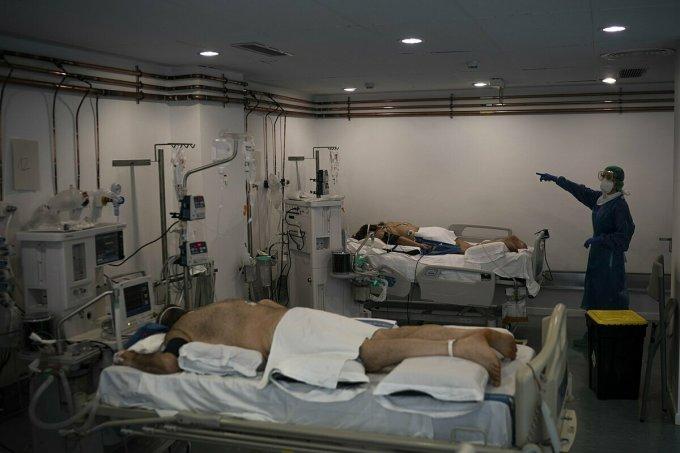 Bệnh nhân tại Tây Ban Nha được đặt nằm sấp, giúp giảm áp lực lên phổi để không phải sử dụng máy thở. Ảnh: AP