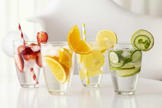 Nước, trái cây, rau củ quả giúp cơ thể bớt ra mồ hoi ngày nắng nóng. Ảnh: Carespot