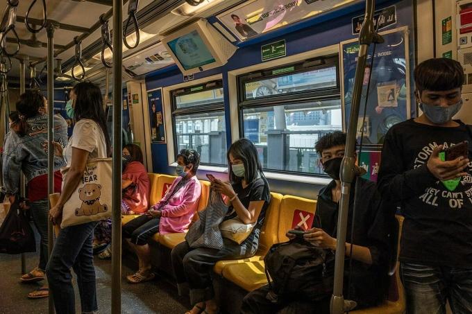 Người dân Bangkok, Thái Lan đeo khẩu trang phòng ngừa Covid-19 khi đi tàu điện trên cao ngày 28/3. Ảnh: NY Times