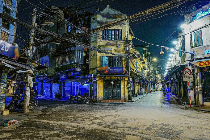 Đường phố Hà Nội ngày 16/4 vắng vẻ khi toàn quốc thực hiện lệnh giãn cách xã hội. Ảnh: Ngọc Thành