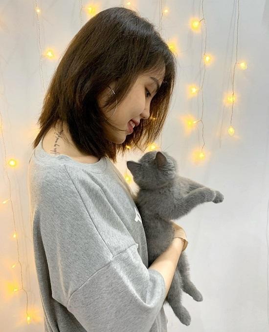 Vy thích nghe nhạc, đọc sách và chơi với mèo để thư giãn và đỡ buồn hơn khi ở nhà. Ảnh: Nhân vật cung cấp