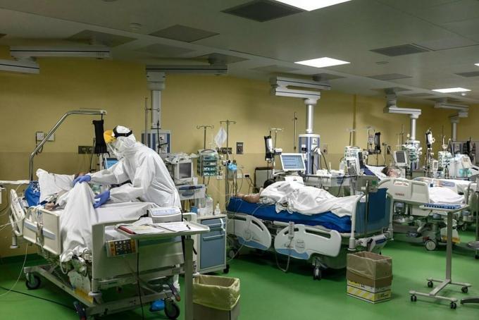 Bệnh nhân Covid-19 tại một bệnh viện ở Argentina. Ảnh: NY Times