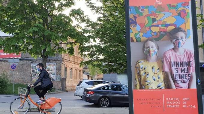 Người dân Lithuania, châu Âu đeo khẩu trang và đạp xe trên đường phố. Ảnh: Reuters