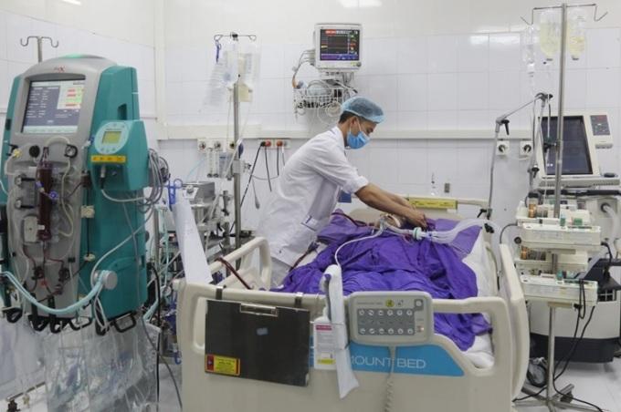 Bệnh nhân được thực hiện kỹ thuật trao đổi oxy ngoài màng cơ thể (ECMO-VV) và phối hợp với các biện pháp hồi sức tích cực khác. Ảnh: Bệnh viện cung cấp