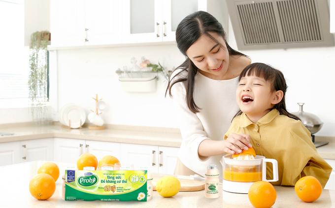 Sữa chua uống men sống Vinamilk Probi chứa 20 tỷ lợi khuẩn L. Casei 431 trong 100 ml hỗ trợ miễn dịch đường ruột, tăng đề kháng, giảm nguy cơ mắc các bệnh về đường hô hấp.