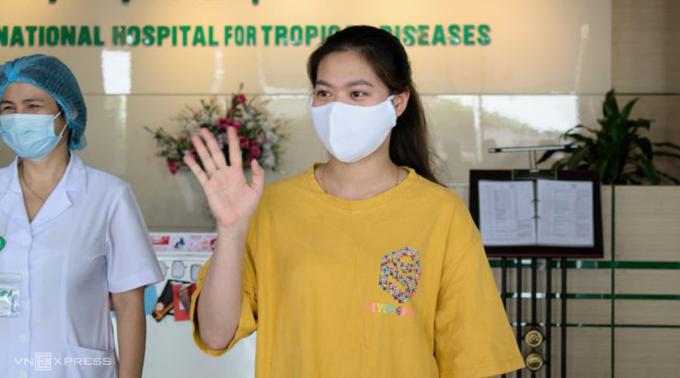 Bệnh nhân 270, 22 tuổi, ở Bắc Giang, trong lễ công bố khỏi bệnh, chiều 18/5. Ảnh: Chi Lê.