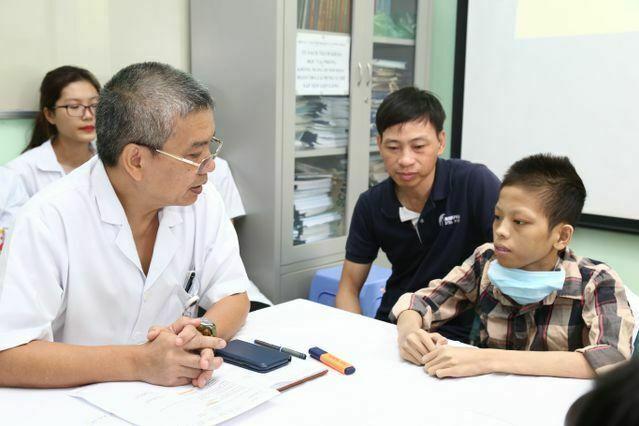 Bác sĩ Ước dặn dò bệnh nhân hậu phẫu suốt 10 tháng sau ghép phổi, trước khi ra viện. Ảnh: Nguyễn Hương.
