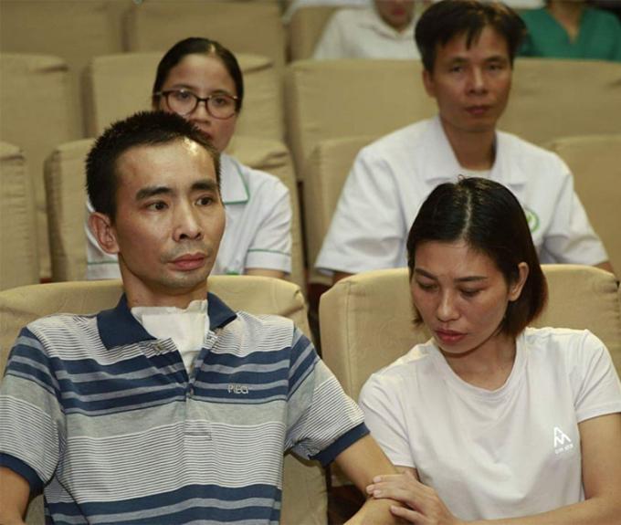 Anh Khương (áo sọc) cùng vợ bên cạnh chuẩn bị ra viện, tháng 10/2019.Ảnh:Lê Nga