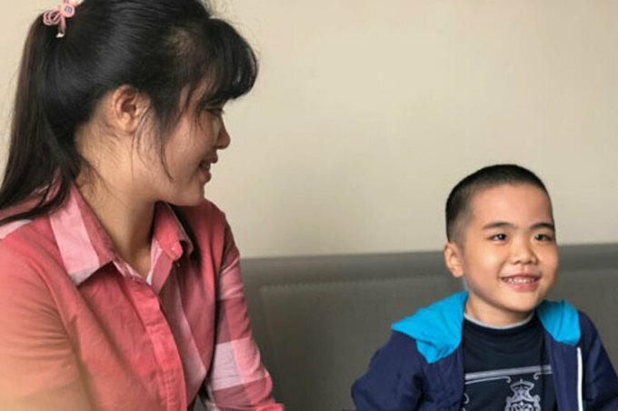 Cháu Ly Chương Bình và mẹ đẻ, chụp chiều 27/12/2018, gần hai năm sau ghép phổi. Ảnh: Bích Ngọc