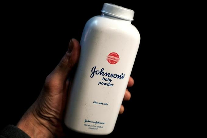 Một chai phấn rôm loại 425 g củaJohnson & Johnson. Ảnh: Reuters