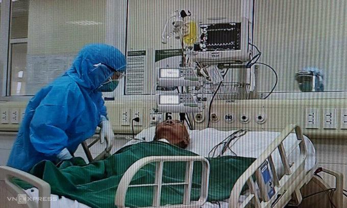 Bệnh nhân 161 trong phòng điều trị cách ly Covid-19, Bệnh viện Bệnh Nhiệt đới Trung ương, đầu tháng 5. Ảnh chụp qua màn hình camera theo dõi: Đăng Thanh.