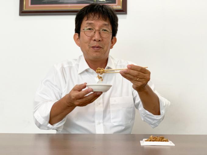 Ông Aso Daisaku luôn giữ thói quan ăn natto mỗi sáng dù đã xa xứ 30 năm.