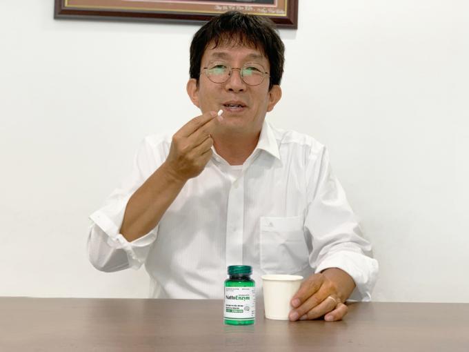 NattoEnzym có dấu mộc JNKA khiến cho ông Aso thêm tin tưởng sản phẩm.