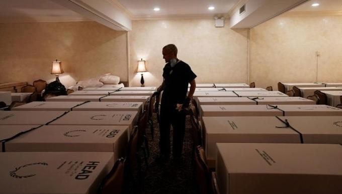 Quan tài chật kín một nhà tang lễ tại thành phố New York hồi tháng 4. Ảnh: