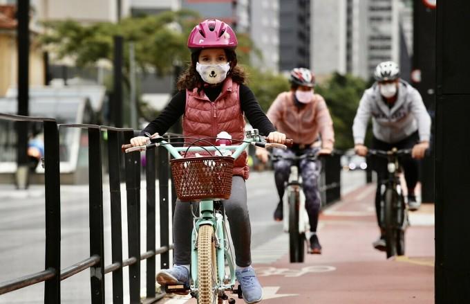 Người dân Tây Ban Nha đeo khẩu trang, đạp xe trên đường phố ngày 24/5, cố gắng trở về lối sồng bình thường trước đại dịch. Ảnh: Reuters