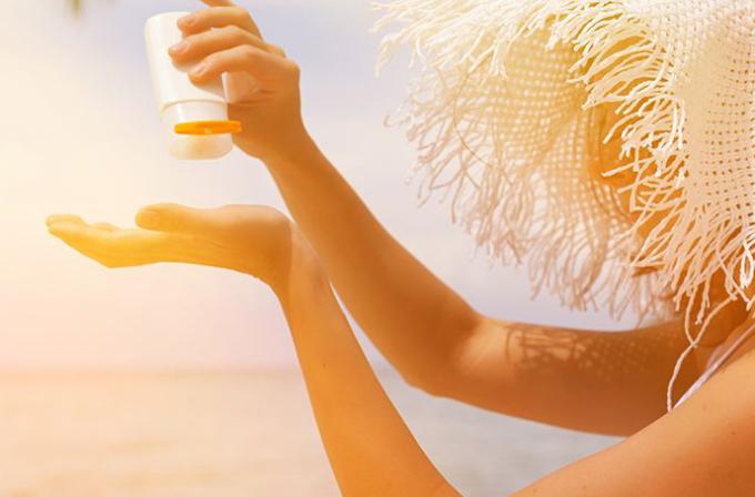 Dùng kem chống nắng không đúng cách gây bí tắc lỗ chân lông, xạm da, nổi mụn, tiết nhiều dầu hơn. Ảnh: Health