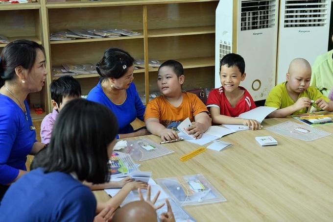 Các bệnh nhi ung thư tham gia lớp học Hạnh Phúc, chiều 1/6. Ảnh: Thái Hà.