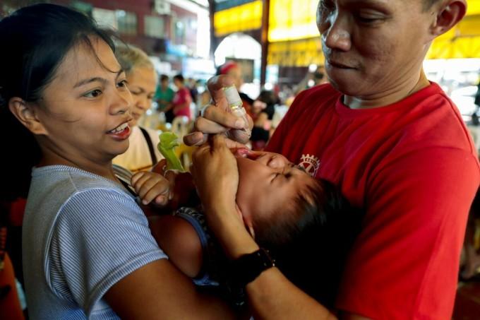 Trẻ em thành phốQuezon,Philippines được uống vaccine bại liệt, tháng 10/2019. Ảnh: Reuters