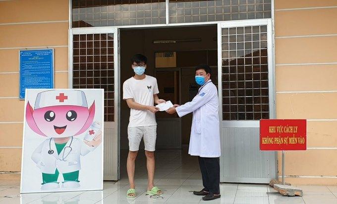 Bệnh nhân tại Bệnh viện Đa khoa Sa Đéc, tỉnh Đồng Tháp, được trao giấy chứng nhận khỏi Covid-19.Ảnh do bệnh viện cung cấp.