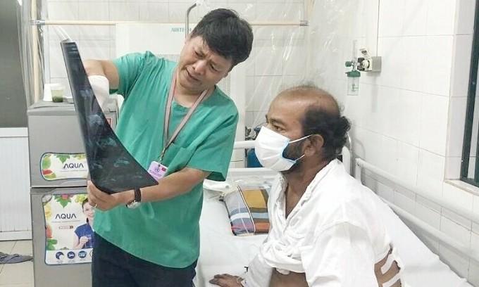Bệnh nhân quốc tịch Sri Lanka trong quá trình điều trị tại Bệnh viện Việt Đức. Ảnh: Thảo My.