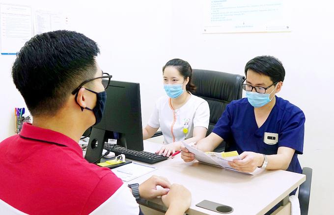 Bác sĩ Việt tư vấn cho một bệnh nhân đến khám nam khoa. Ảnh: Minh Thư.