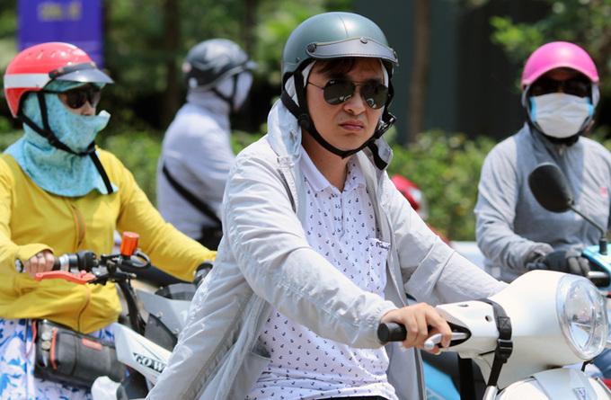 Người dân nên mặc kín, che chắn cẩn thận trước khi ra đường để bảo vệ sức khỏe. Ảnh: Võ Hải