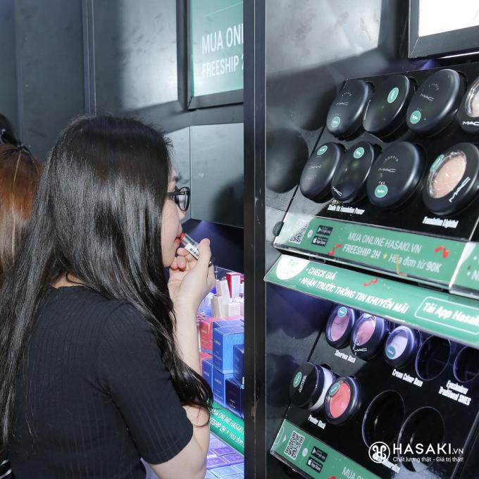 Tại các chi nhánh Hasaki luôn có đủ mẫu thử đầy đủ từ các thương hiệu bình dân đến cao cấp.