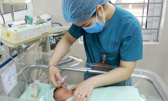 Bé trai bị bỏ rơi ở hố ga được chăm sóc tại Bệnh viện đa khoa Xanh Pôn ngày 9/6. Ảnh: Minh Nhật