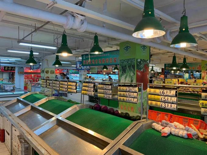 Một gian hàng trống bên trong chợXinfadi. Ảnh:China Health Newspaper