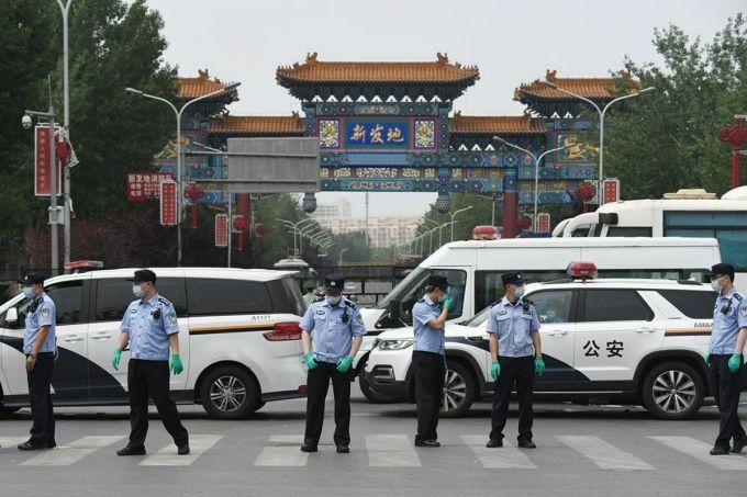 Đội ngũ bảo an bên ngoài cổng chợXinfadi, thành phố Bắc Kinh, ngày 13/6. Ảnh: AFP