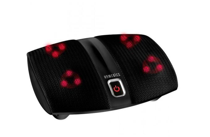 Máy massage chân công nghệ Shiatsu FMS-255H của thương hiệu HoMedics (Mỹ), sử dụng nhiệt và đèn hồng ngoại, 4 đầu xoay và 12 bi massage, mang đến khả năng xoa bóp và thư giãn hiệu quả cho cả hai chân, cho người dùng cảm giác được ấn đè bằng ngón tay như tại Spa. Máy có thể điều khiển dễ dàng bằng ngón chân với một phím bấm. Chiều rộng 28 cm, cao gần 12 cm, dài 35 cm, máy phù hợp với cả bàn chân lớn, có thể để dưới gầm bàn làm việc ở văn phòng hay dùng tại nhà. Sản phẩm có giá 1,74 triệu đồng.