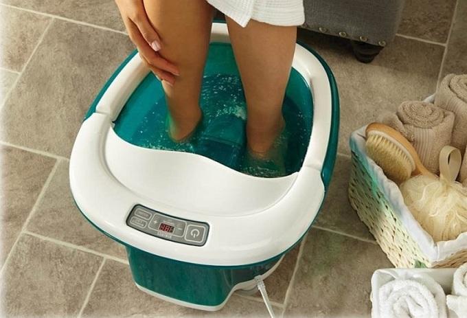 Bồn ngâm chân FB-650 của thương hiệuHoMedics (Mỹ)sử dụng nguồn điện 110 -240V, có thểlàm nóng nước lạnh đến 48 độ C trong vài phút và duy trì nhiệt độ trong suốt quá trình ngâm chân nhờ ống nhiệt đặt dưới đáy bồn và một chiếc bơm nhỏ đẩy nước nóng trở lại. Trang bị con lăn kép tự động và đèn hồng ngoại, bồn có thể được sử dụng để massage chân ngâm với nước hoặc massage chân khô, giúp đôi bàn chân được thư giãn,giảm các cơn đau chân do vận động hayđứng trong thời gian dài. Bàn điều khiển màn hình LED cỡ lớn đặt ngay trên thành bồn, dễ sử dụng. Quai xách giúp dễ di chuyển bồn và vệ sinh bồn.Kích thước cao 41, dài50, rộng28,5 cm, bồndễ dàng ngâm chân qua mắt cá chân mà nước không bị văng ra ngoài. Sản phẩm đang được bán với giá2,85 triệu đồng.