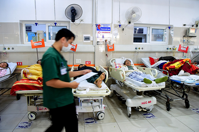 Khoa Hồi sức cấp cứu, bệnh viện Bạch Maitiếp nhận từ 100 - 150 ca cấp cứu mỗi ngày nên luôn trong tình trạng quá tải, gây nênnhiều áp lực cho y bác sĩ. Ảnh:Giang Huy