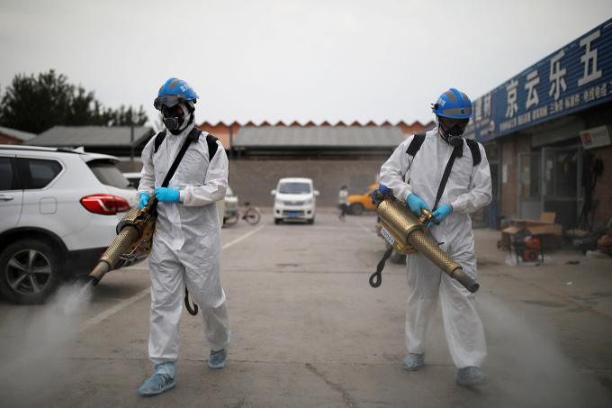 Thành viên Đội Giải cứu Thiên thanh khử trùng tại khu vực chợ nông sảnNangong, Bắc Kinh, ngày 18/6. Ảnh: Reuters