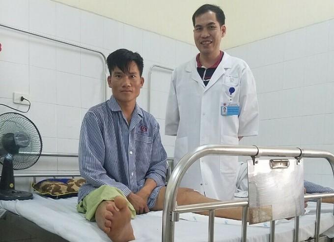 Bác sĩ Hùng thăm khác bệnh nhân ngày 20/6. Ảnh: Bác sĩ cung cấp